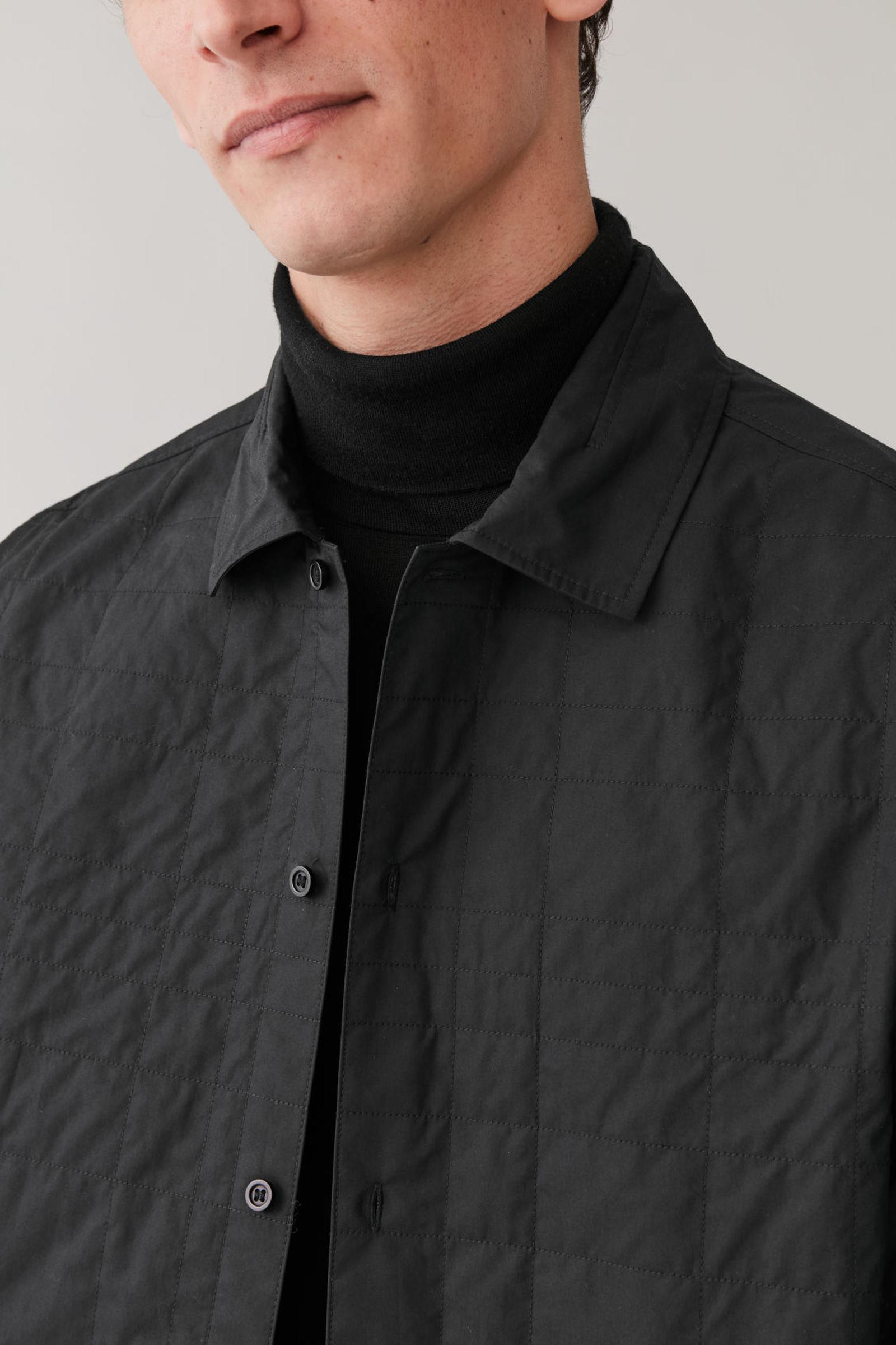COS 퀼팅 코튼 셔츠의 블랙컬러 ECOMLook입니다.