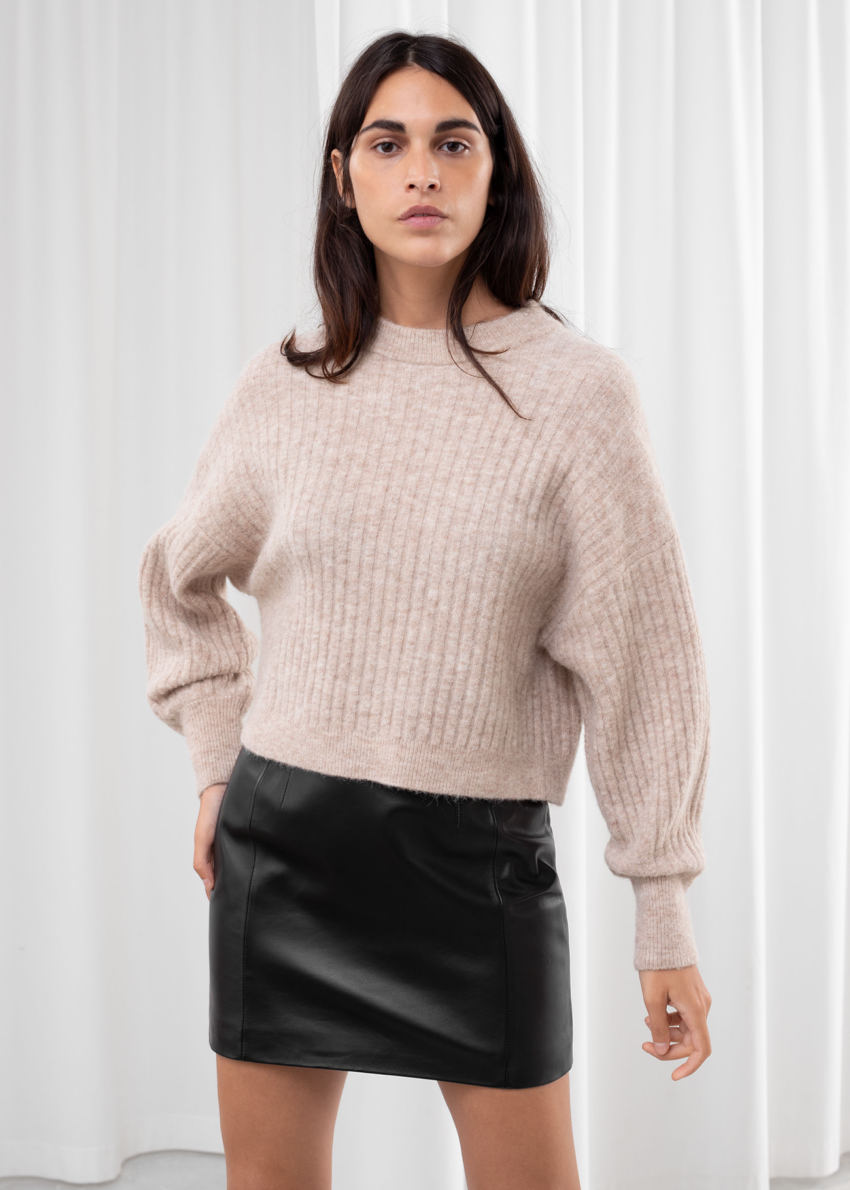 앤아더스토리즈 알파카 블렌드 니트 스웨터의 라이트 베이지컬러 ECOMLook입니다.