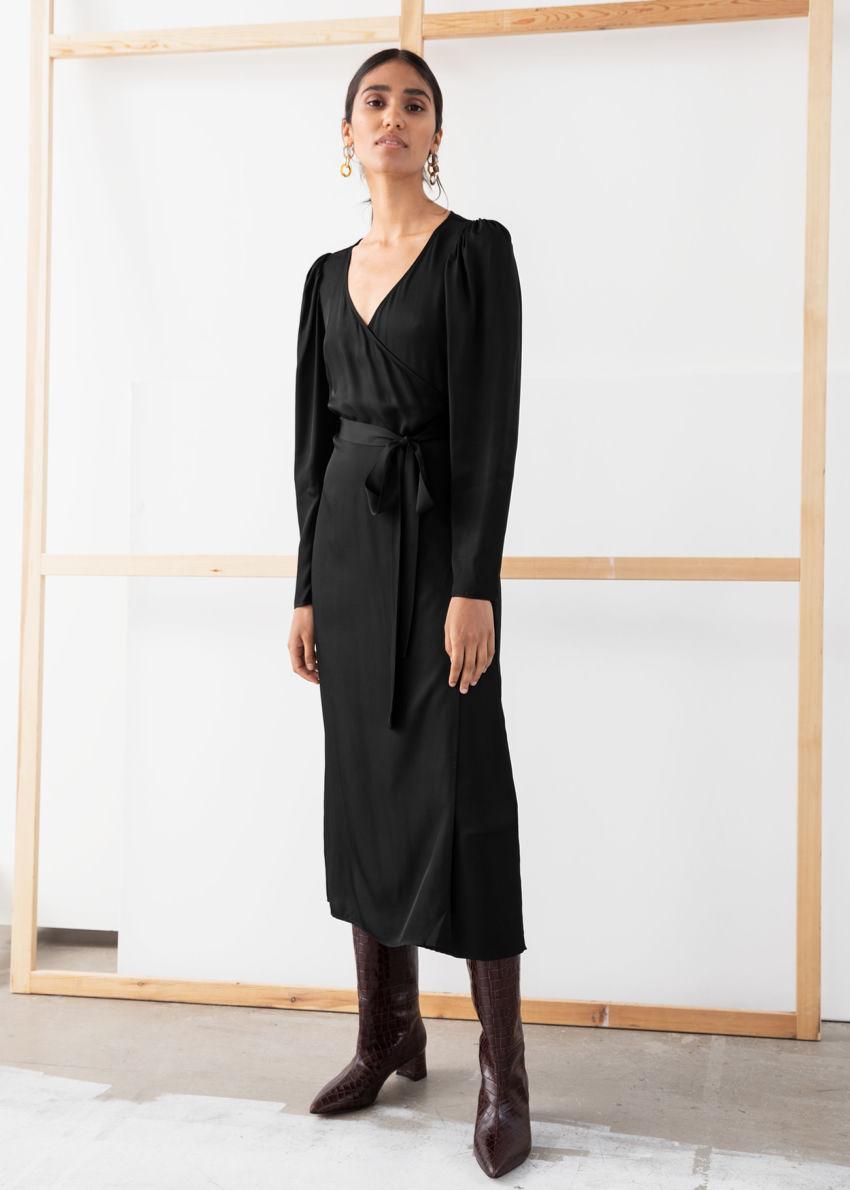 앤아더스토리즈 퍼프 슬리브 미디 랩 드레스의 블랙컬러 ECOMLook입니다.