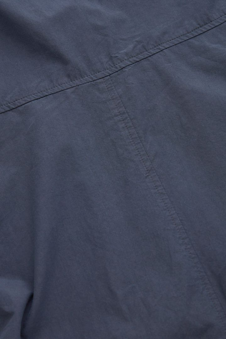 COS 슬리브리스 코튼 점프수트의 블루컬러 Detail입니다.
