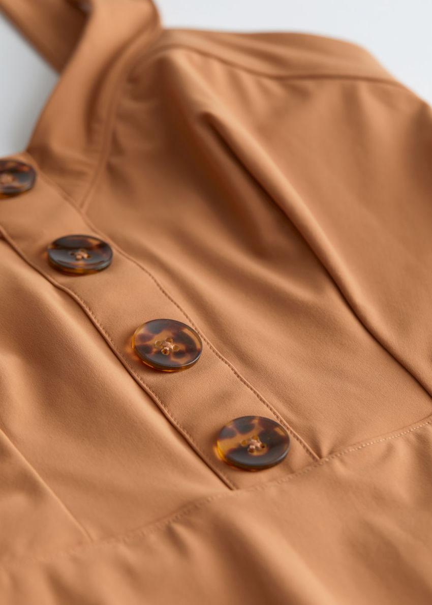 앤아더스토리즈 브이 컷 터토이즈 버튼 스윔수트의 브라운컬러 Detail입니다.