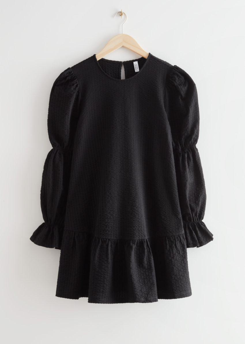 앤아더스토리즈 텍스처 티어드 미니 드레스의 블랙컬러 Product입니다.