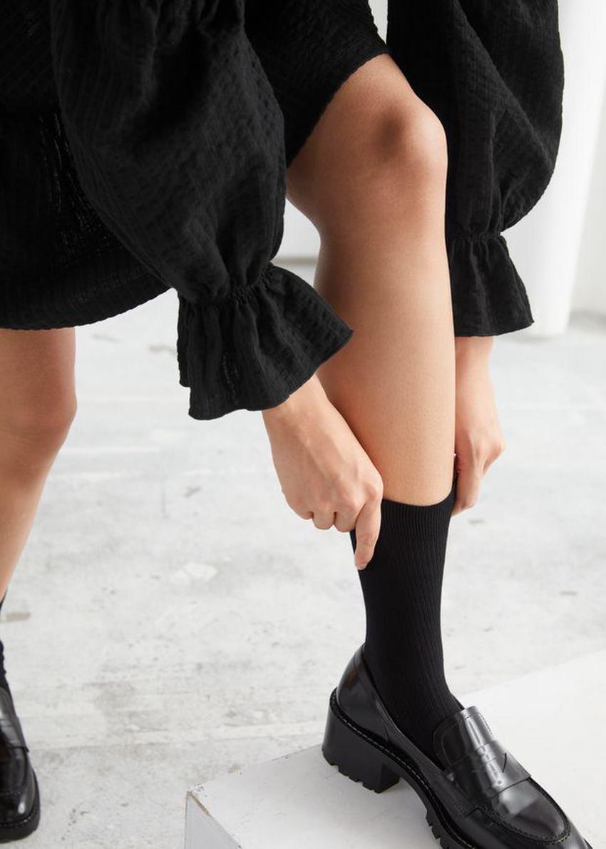 앤아더스토리즈 텍스처 티어드 미니 드레스의 블랙컬러 ECOMLook입니다.
