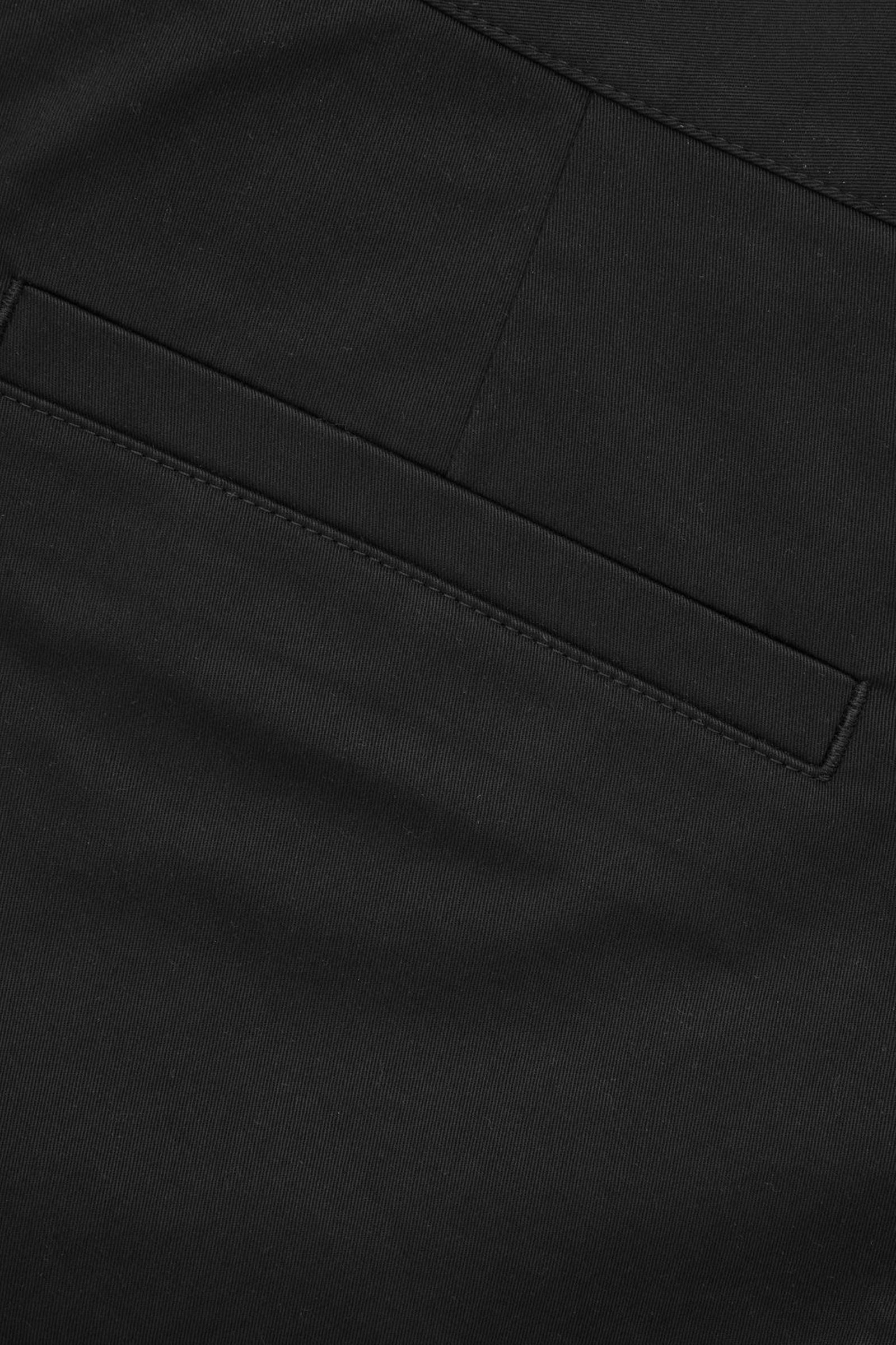 COS 코튼 슬림 레그 치노 트라우저의 미드나이트 블루컬러 Detail입니다.
