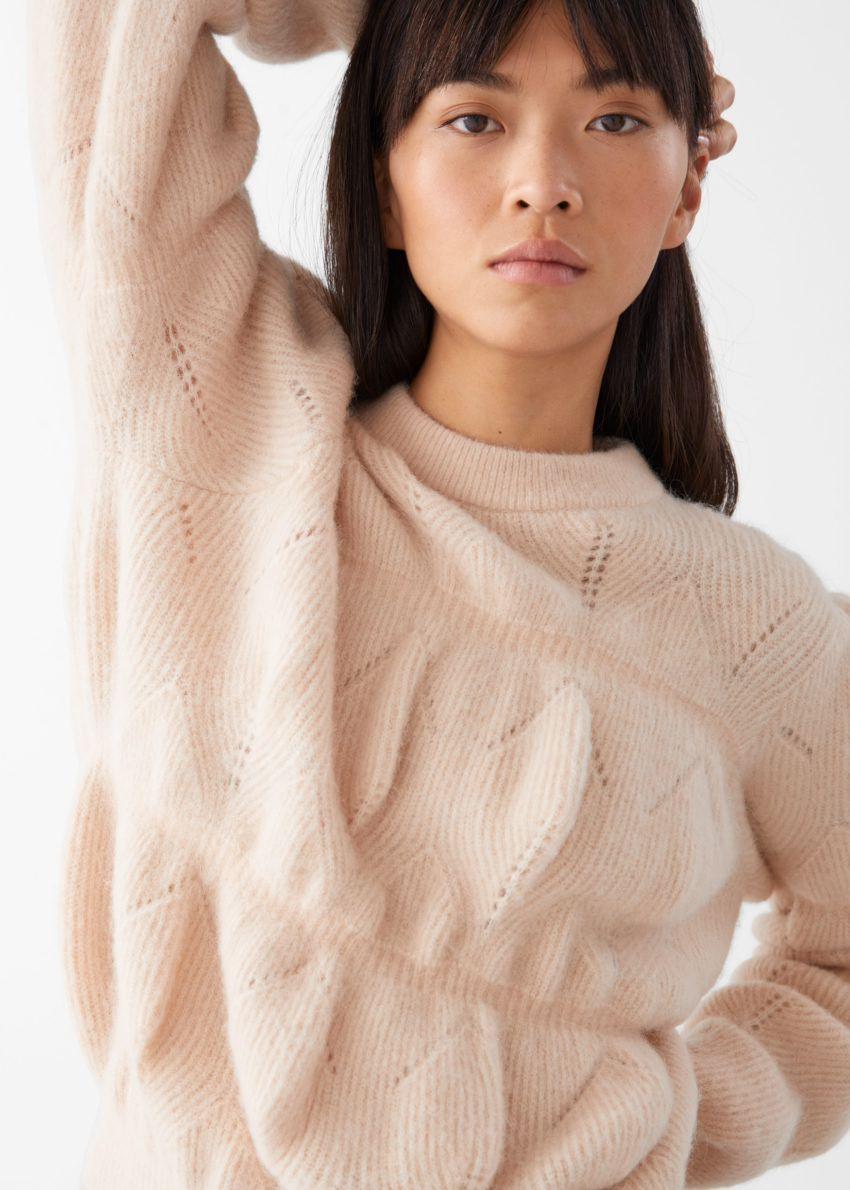 앤아더스토리즈 릴렉스드 퍼지 버블 니트 스웨터의 베이지컬러 ECOMLook입니다.