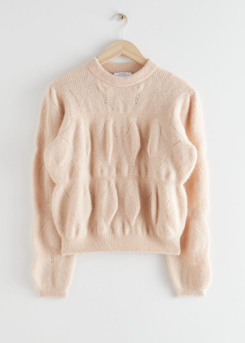 앤아더스토리즈 릴렉스드 퍼지 버블 니트 스웨터의 베이지컬러 Product입니다.