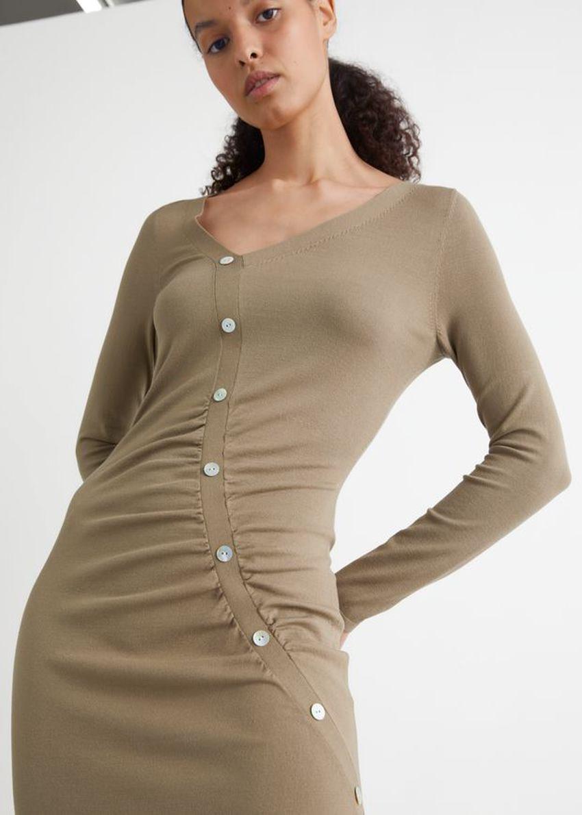 앤아더스토리즈 버튼 에이시메트릭 미디 드레스의 브라운컬러 ECOMLook입니다.