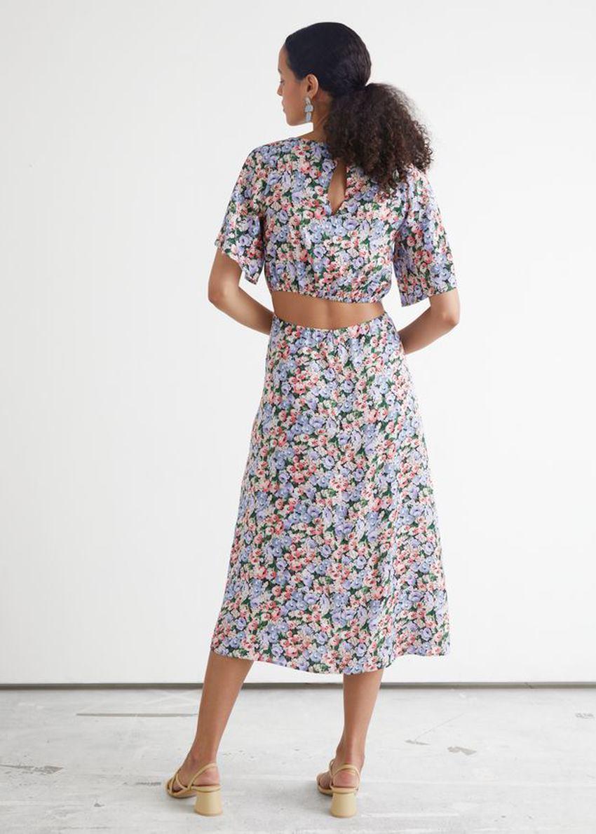 앤아더스토리즈 플로럴 프린트 컷 아웃 미디 드레스의 블루 플로럴컬러 ECOMLook입니다.