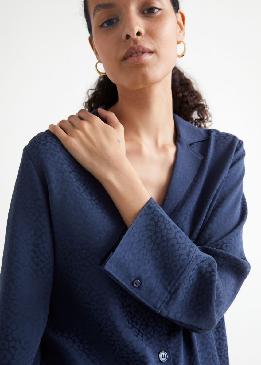 앤아더스토리즈 릴렉스드 와이드 슬리브 자카드 셔츠의 다크 블루컬러 ECOMLook입니다.