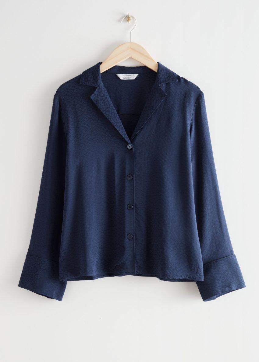 앤아더스토리즈 릴렉스드 와이드 슬리브 자카드 셔츠의 다크 블루컬러 Product입니다.