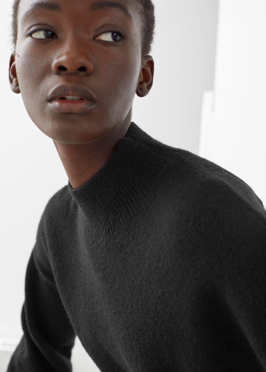 앤아더스토리즈 모크 넥 스웨터의 블랙컬러 ECOMLook입니다.