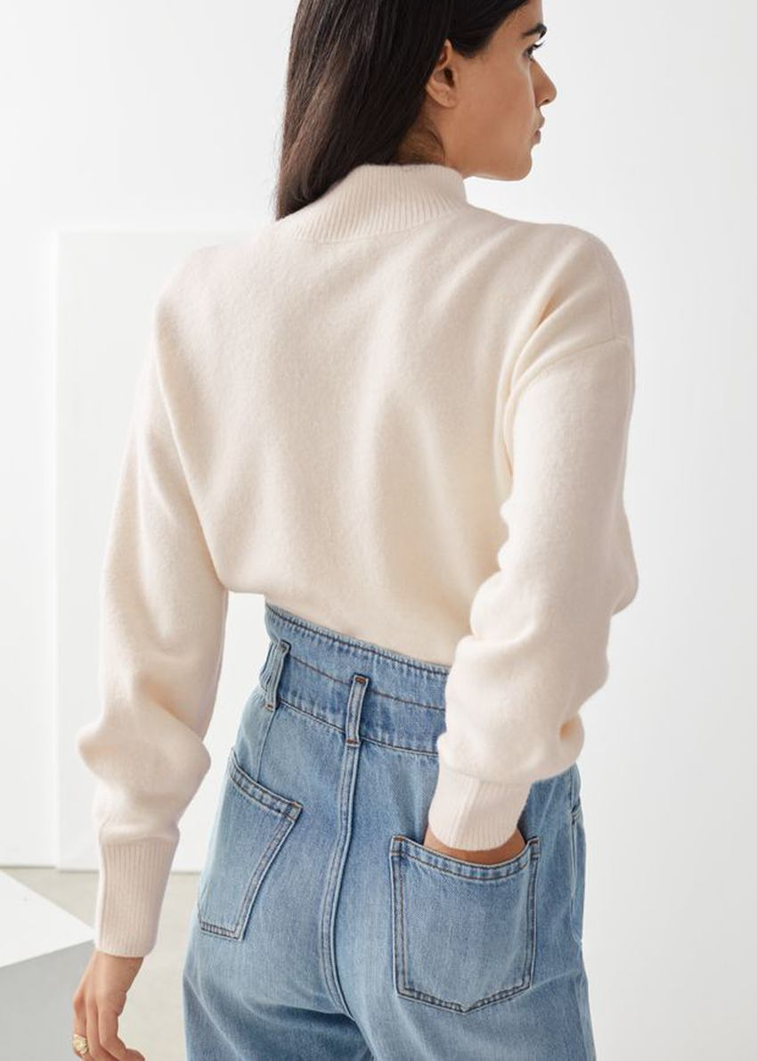 앤아더스토리즈 모크 넥 스웨터의 화이트컬러 ECOMLook입니다.