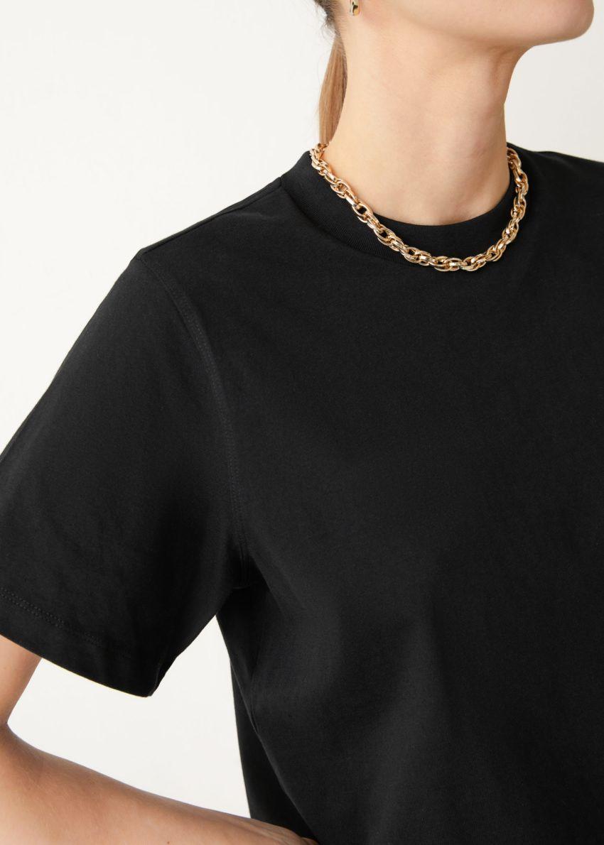 앤아더스토리즈 박시 오가닉 코튼 티셔츠의 블랙컬러 ECOMLook입니다.