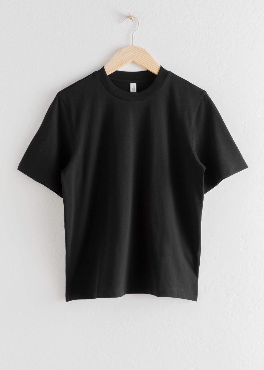 앤아더스토리즈 박시 오가닉 코튼 티셔츠의 블랙컬러 Product입니다.