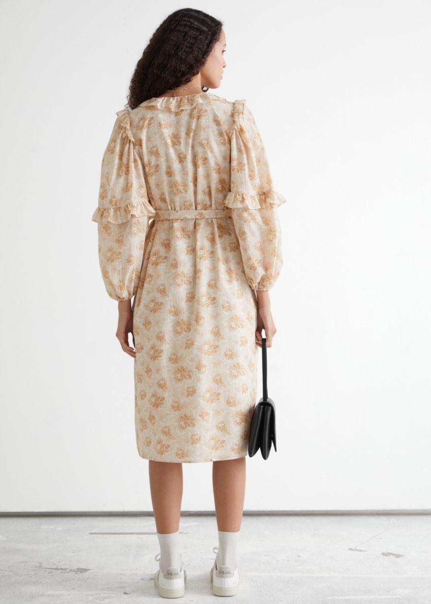 앤아더스토리즈 볼류미너스 러플 랩 미디 드레스의 베이지 프린트컬러 ECOMLook입니다.