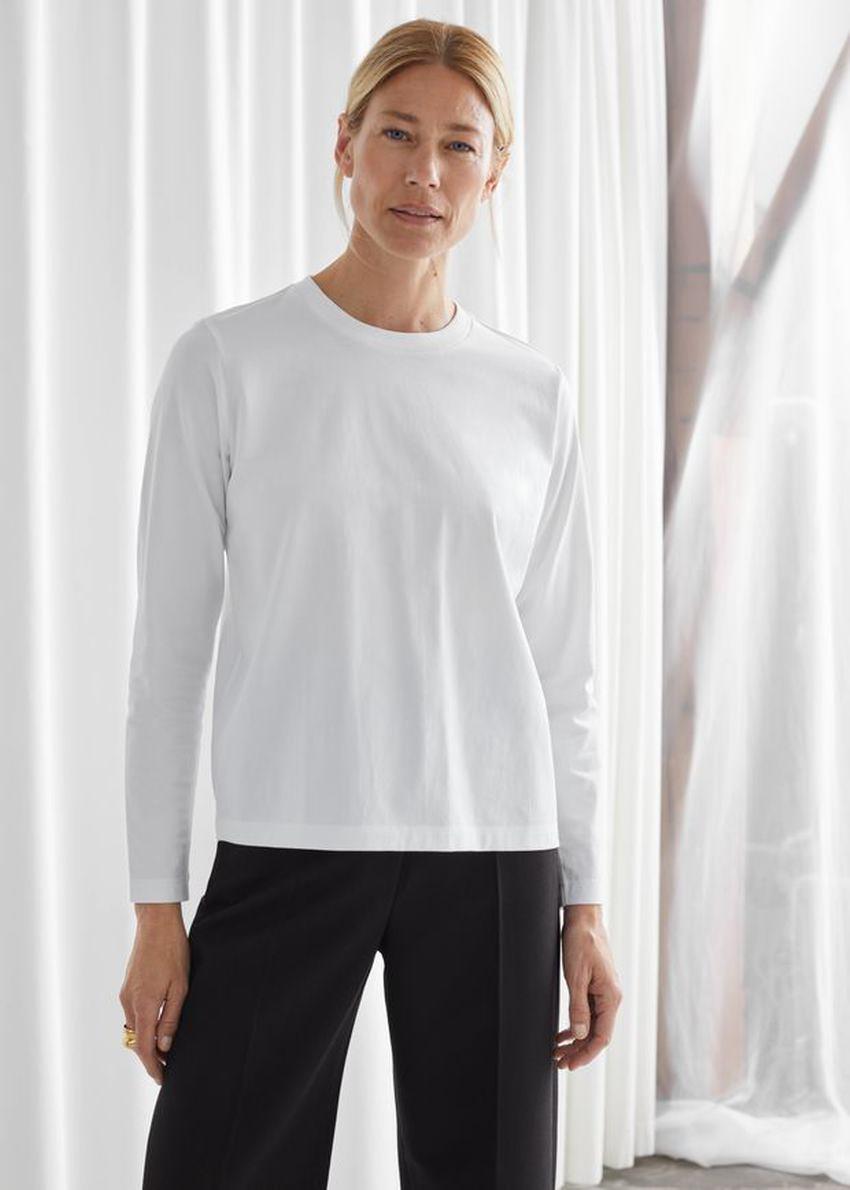 앤아더스토리즈 코튼 롱 슬리브 티셔츠의 화이트컬러 ECOMLook입니다.
