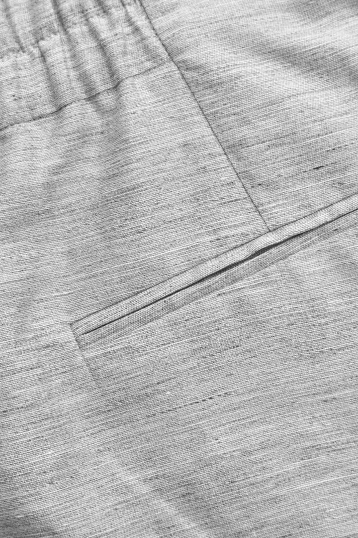 COS 리넨 믹스 쇼츠의 그레이컬러 Detail입니다.