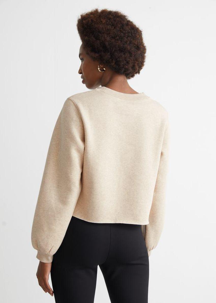 앤아더스토리즈 박시 저지 스웨터의 베이지컬러 ECOMLook입니다.