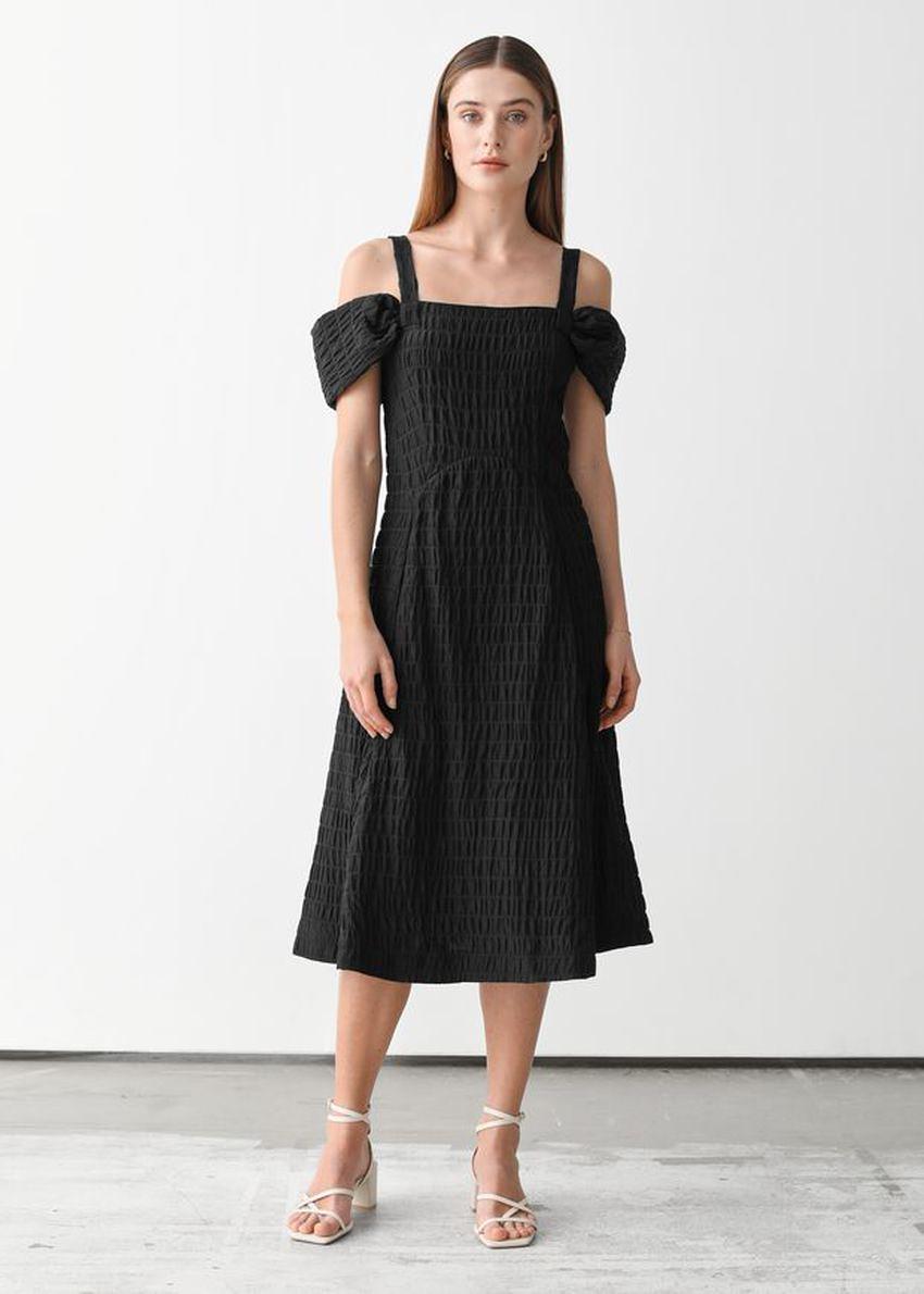 앤아더스토리즈 텍스처 멀베리 실크 미니 스트랩 드레스의 블랙컬러 ECOMLook입니다.