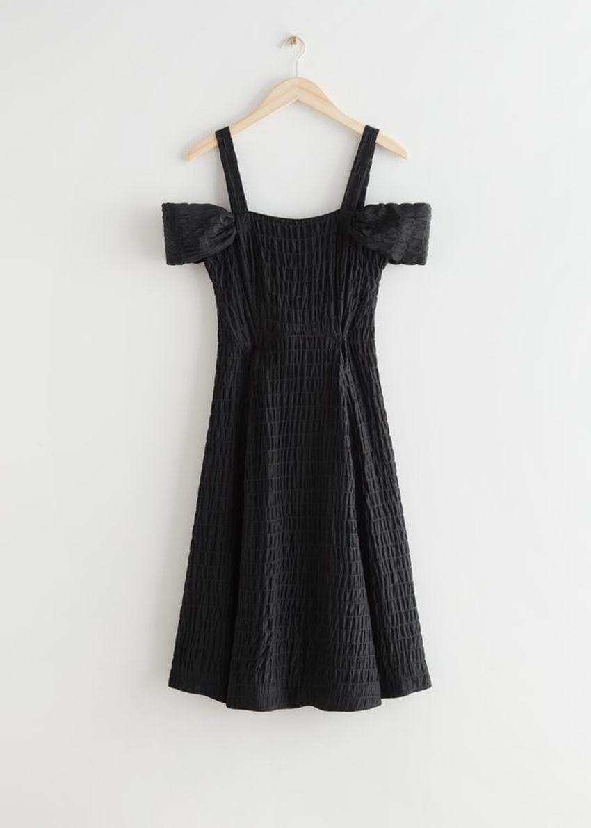 앤아더스토리즈 텍스처 멀베리 실크 미니 스트랩 드레스의 블랙컬러 Product입니다.