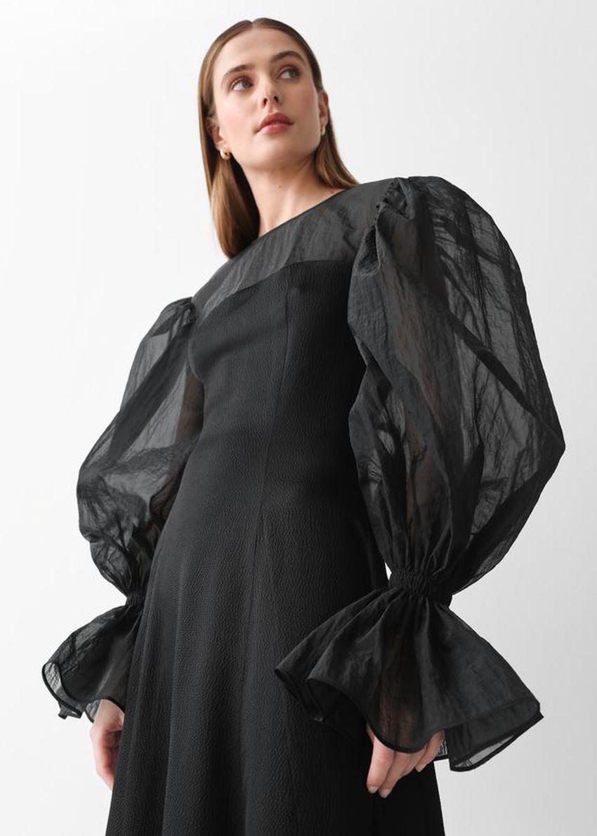 앤아더스토리즈 오간자 슬리브 실크 미디 드레스의 블랙컬러 ECOMLook입니다.