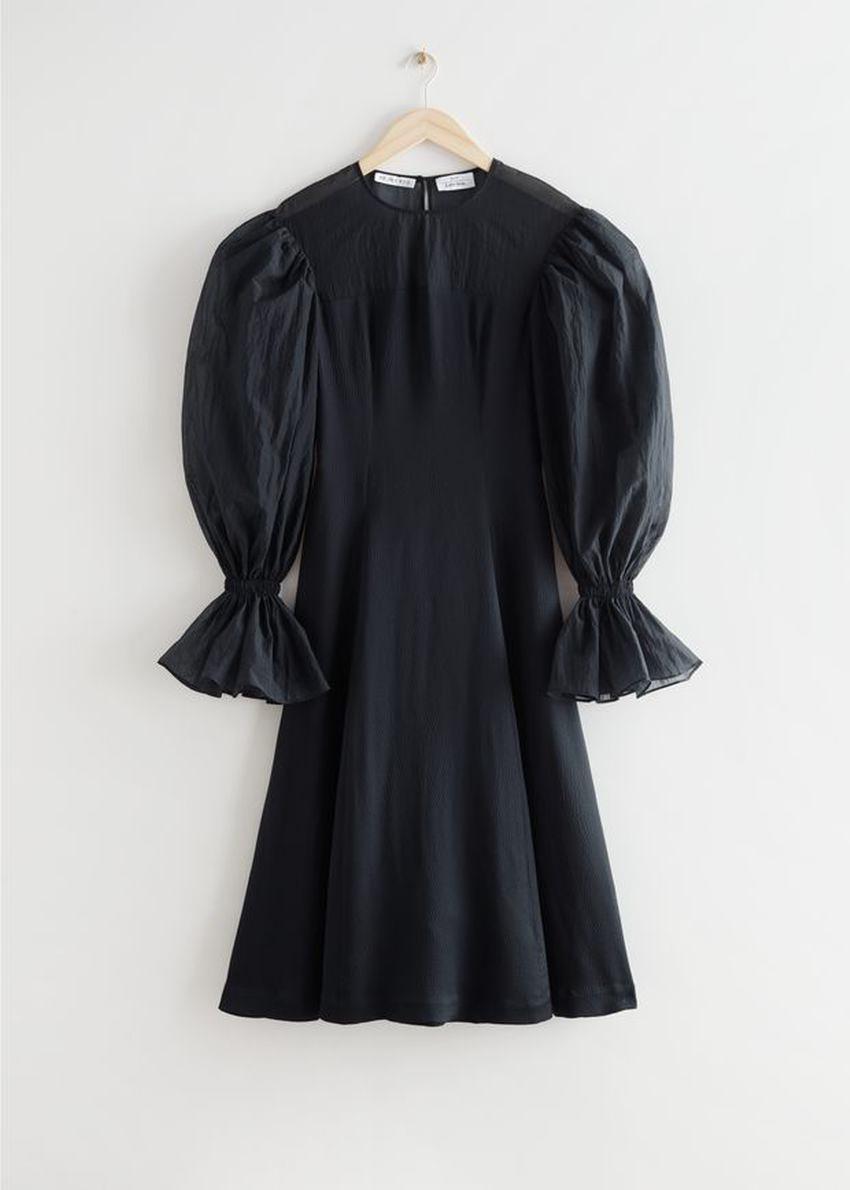 앤아더스토리즈 오간자 슬리브 실크 미디 드레스의 블랙컬러 Product입니다.