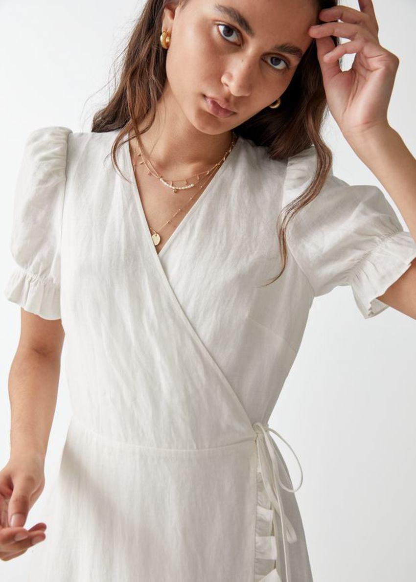 앤아더스토리즈 리넨 미디 랩 드레스의 화이트컬러 ECOMLook입니다.