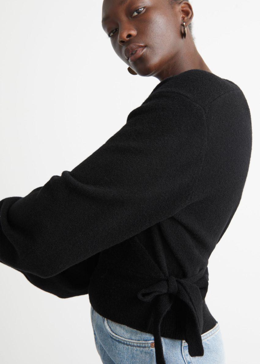 앤아더스토리즈 랩 가디건의 블랙컬러 ECOMLook입니다.