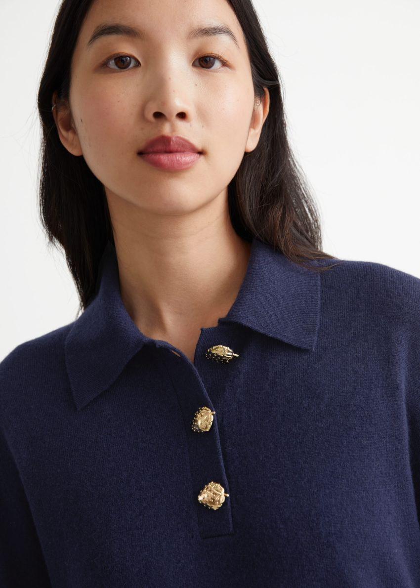 앤아더스토리즈 울 니트 폴로 스웨터의 다크 블루컬러 ECOMLook입니다.