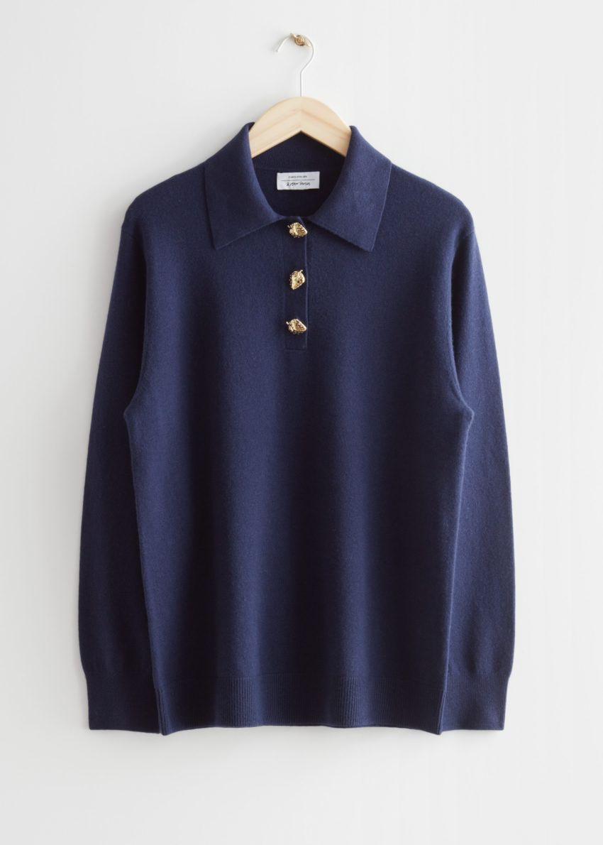 앤아더스토리즈 울 니트 폴로 스웨터의 다크 블루컬러 Product입니다.