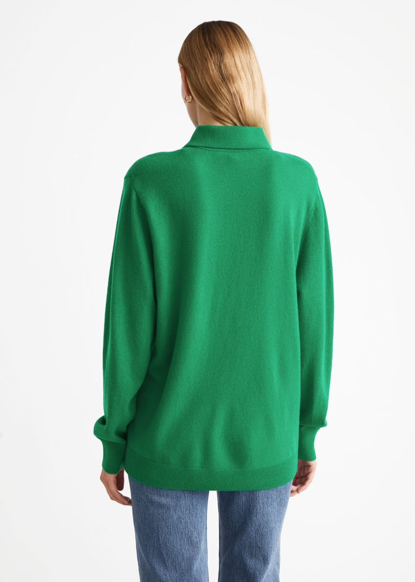 앤아더스토리즈 울 니트 폴로 스웨터의 그린컬러 ECOMLook입니다.