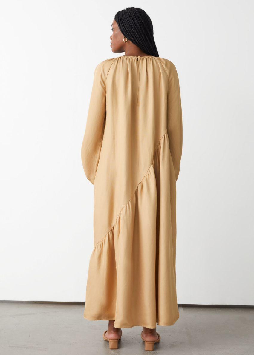 앤아더스토리즈 볼류미너스 에이시메트릭 미디 드레스의 베이지컬러 ECOMLook입니다.