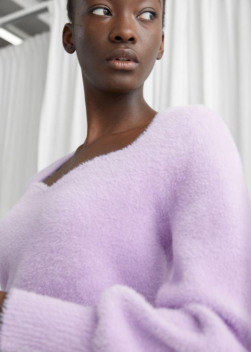 앤아더스토리즈 크롭 스위트하트 넥 스웨터의 라일락컬러 ECOMLook입니다.