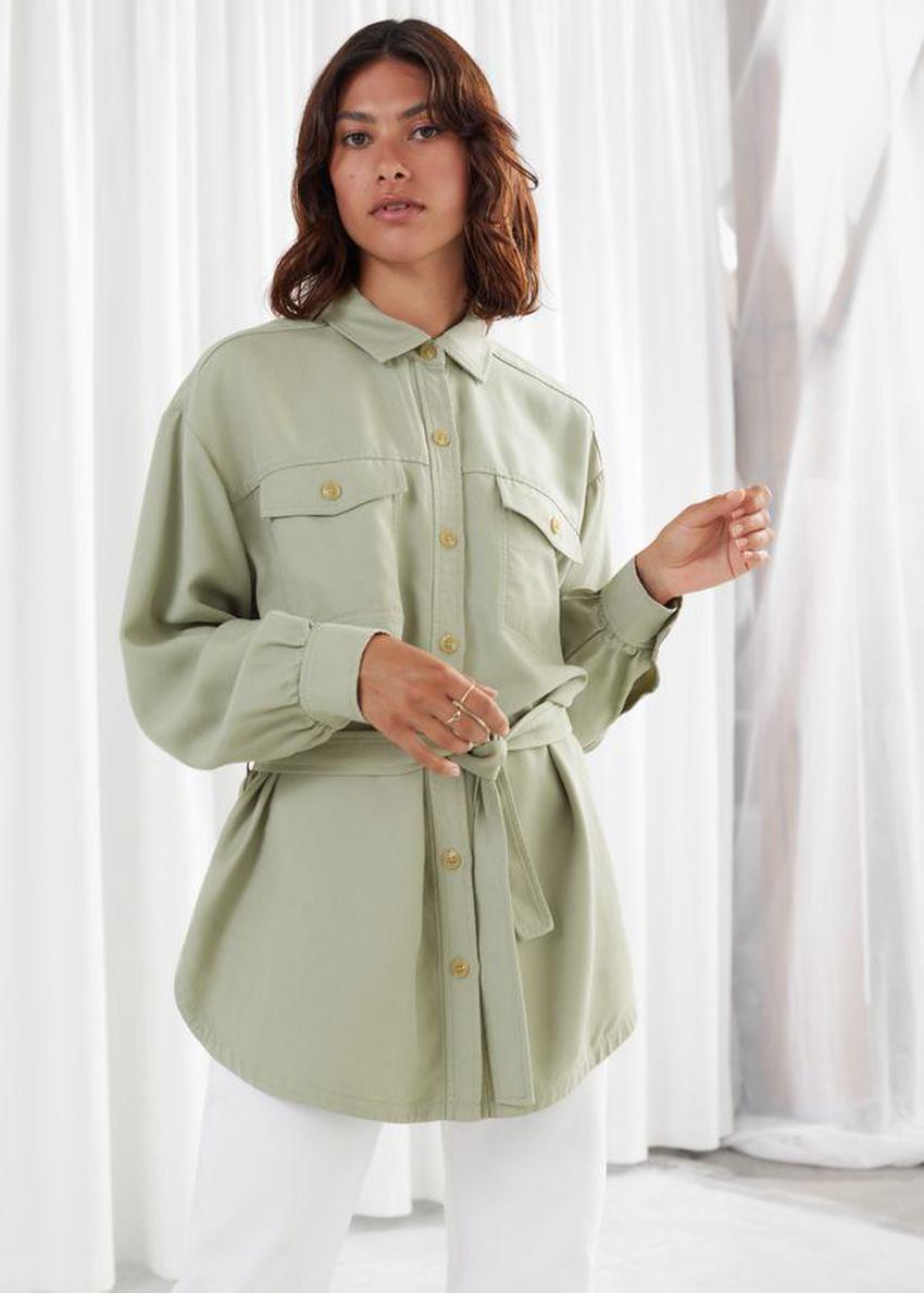 앤아더스토리즈 벨티드 리오셀 버튼 업 셔츠의 그린컬러 ECOMLook입니다.