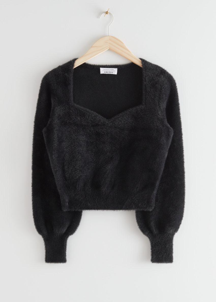 앤아더스토리즈 크롭 스위트하트 넥 스웨터의 블랙컬러 Product입니다.