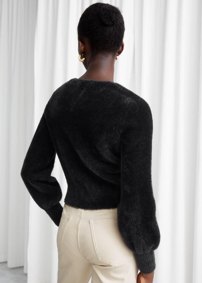 앤아더스토리즈 크롭 스위트하트 넥 스웨터의 블랙컬러 ECOMLook입니다.