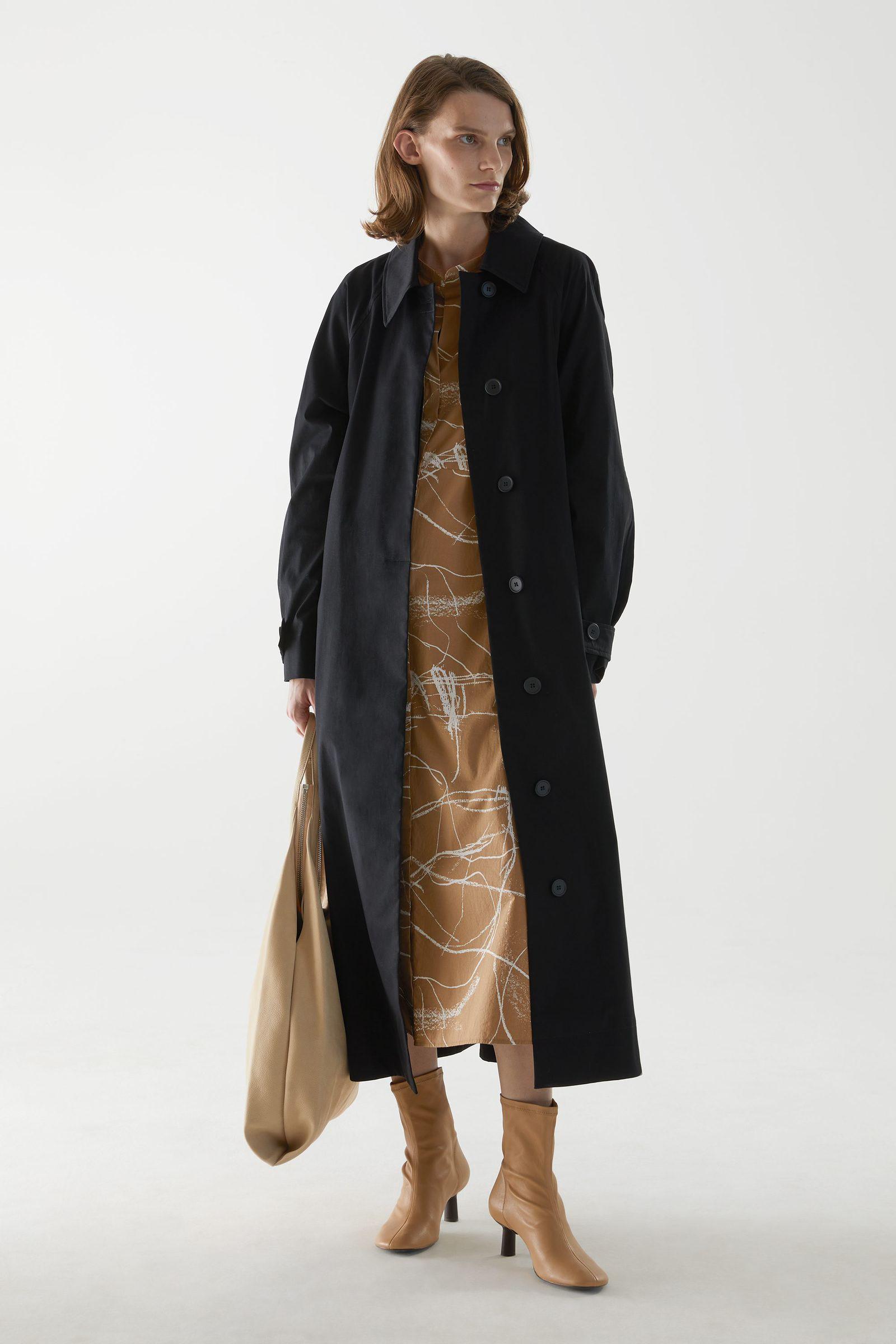 COS 코튼 칼라리스 셔츠 드레스의 브라운 / 화이트컬러 ECOMLook입니다.