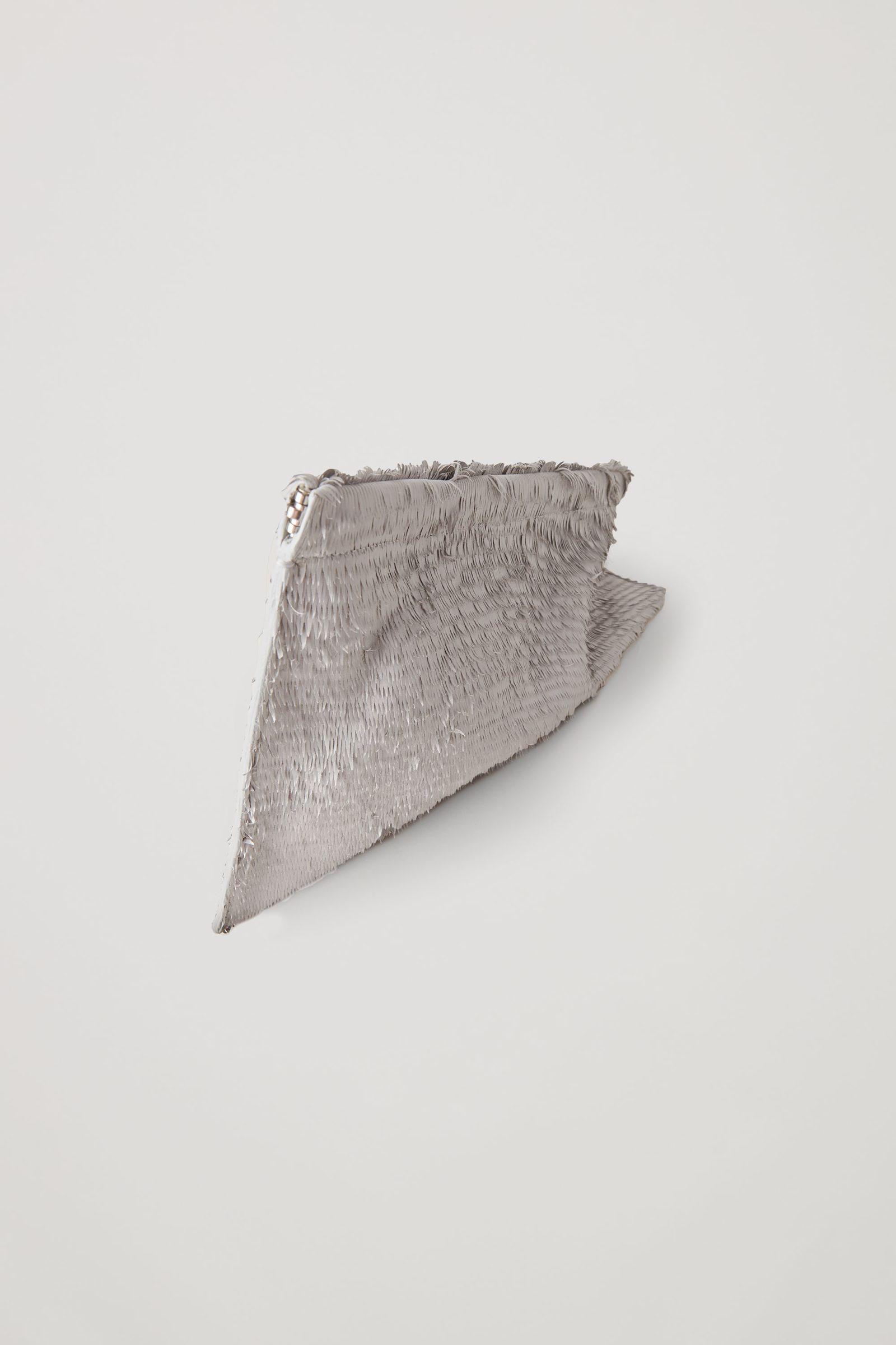 COS 오버사이즈 레더 클러치의 몰 그레이컬러 Product입니다.