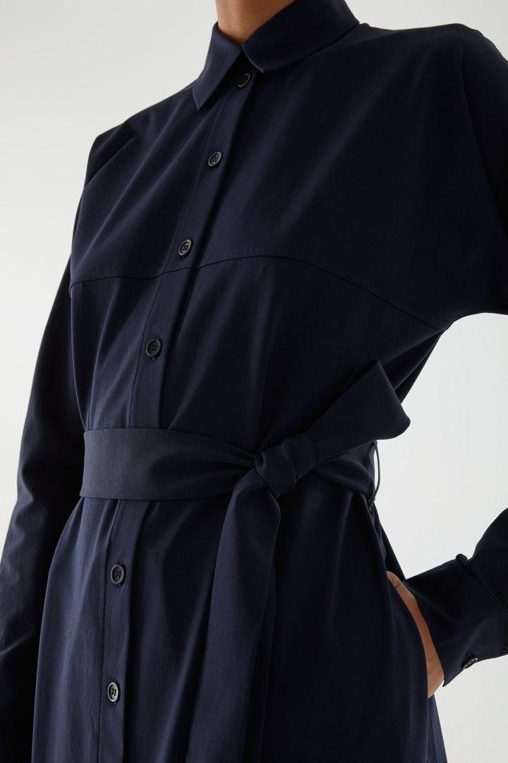 COS 코튼 저지 셔츠 드레스의 네이비컬러 ECOMLook입니다.