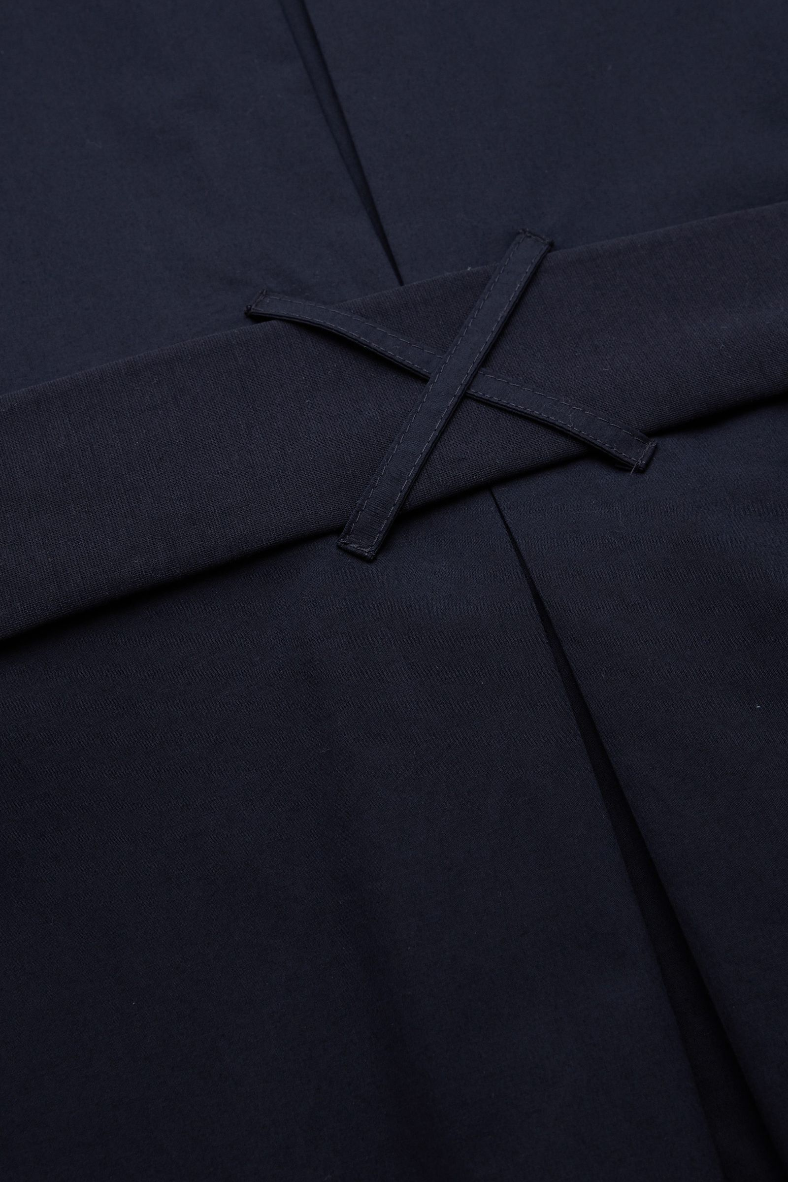COS 코튼 저지 셔츠 드레스의 네이비컬러 Detail입니다.