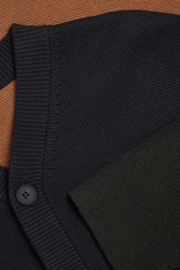 COS 오가닉 코튼 메리노 울 믹스 가디건의 블랙컬러 Detail입니다.