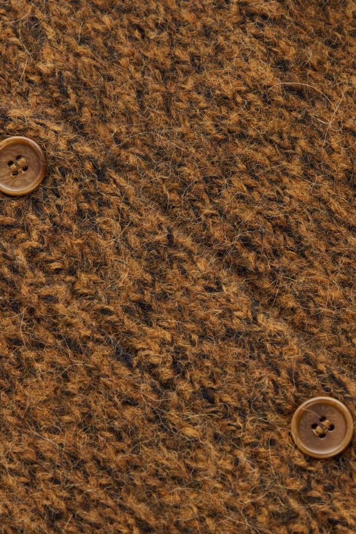 COS 브러쉬드 알파카 울 믹스 가디건의 브라운 말컬러 Detail입니다.