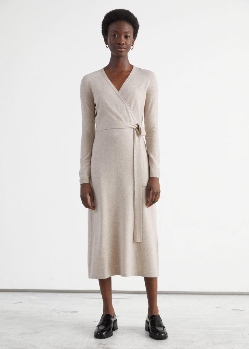 앤아더스토리즈 벨티드 메리노 울 니트 미디 드레스의 베이지 멜란지컬러 ECOMLook입니다.