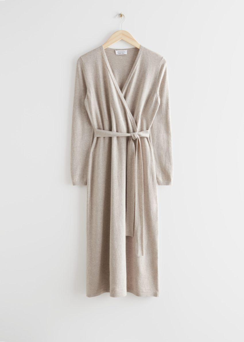 앤아더스토리즈 벨티드 메리노 울 니트 미디 드레스의 베이지 멜란지컬러 Product입니다.
