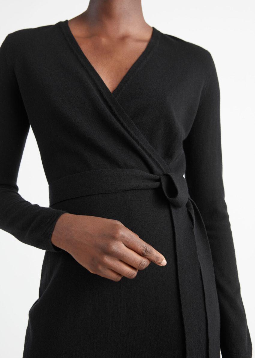 앤아더스토리즈 벨티드 메리노 울 니트 미디 드레스의 블랙컬러 ECOMLook입니다.