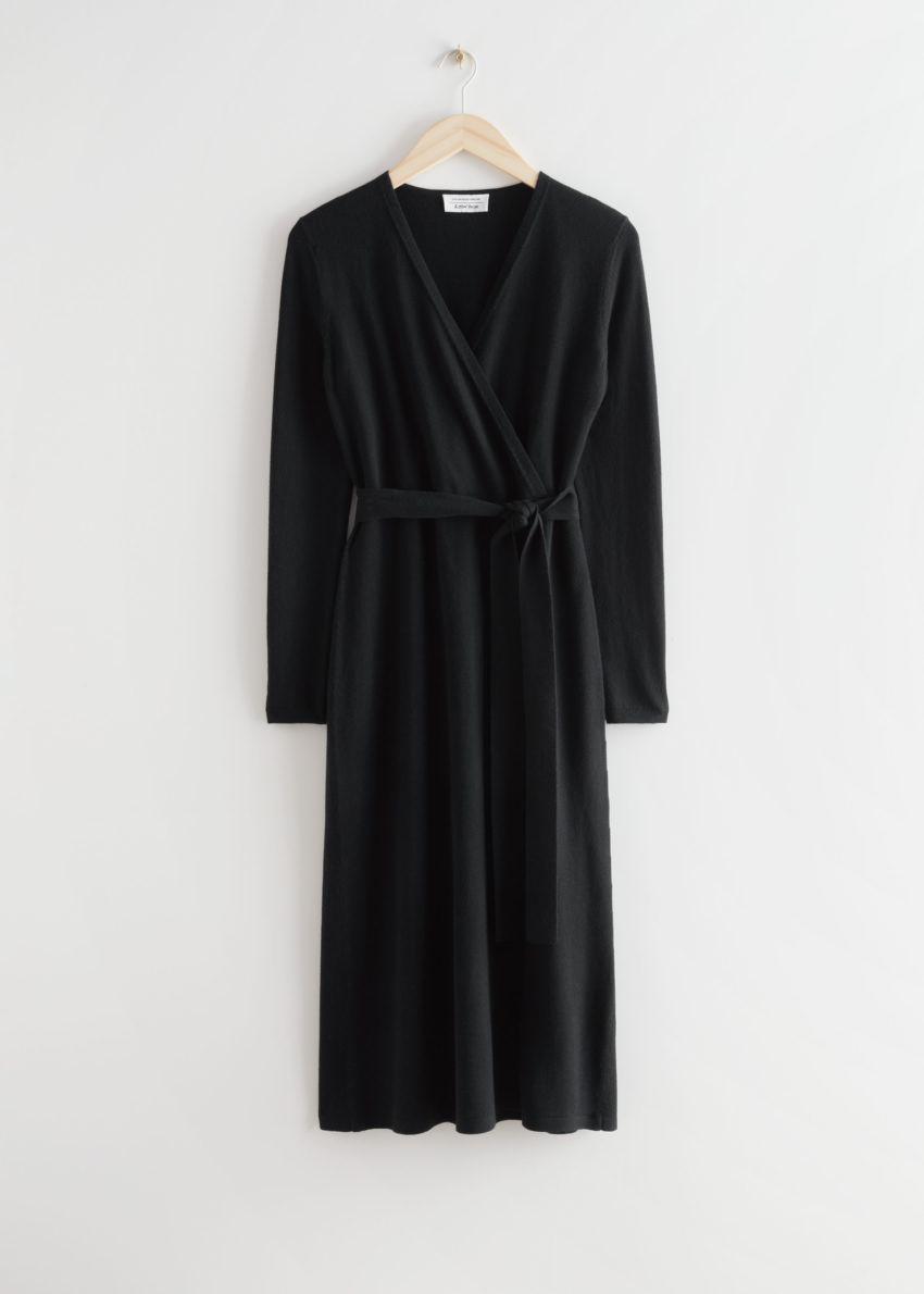 앤아더스토리즈 벨티드 메리노 울 니트 미디 드레스의 블랙컬러 Product입니다.