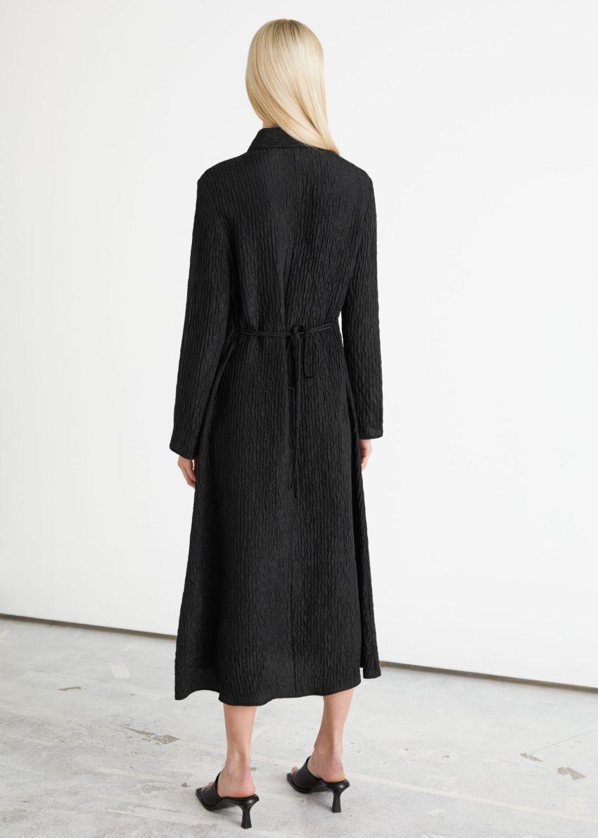 앤아더스토리즈 텍스처 실크 미디 드레스 의 블랙컬러 ECOMLook입니다.