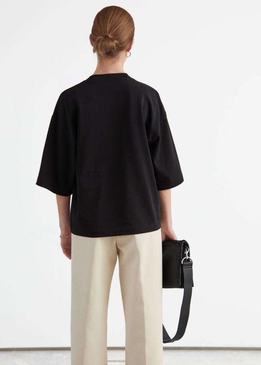 앤아더스토리즈 박시 크루넥 티셔츠의 블랙컬러 ECOMLook입니다.