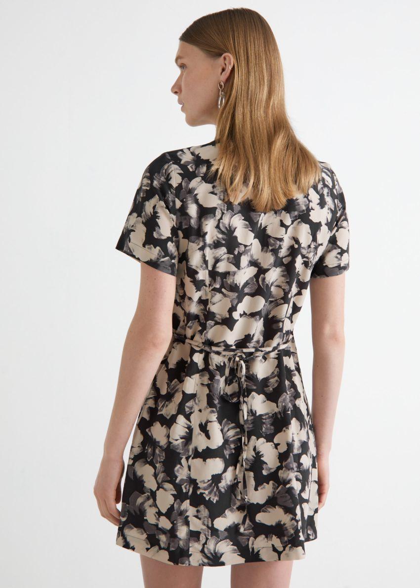 앤아더스토리즈 미니 셔츠 드레스의 블랙 플로럴컬러 ECOMLook입니다.