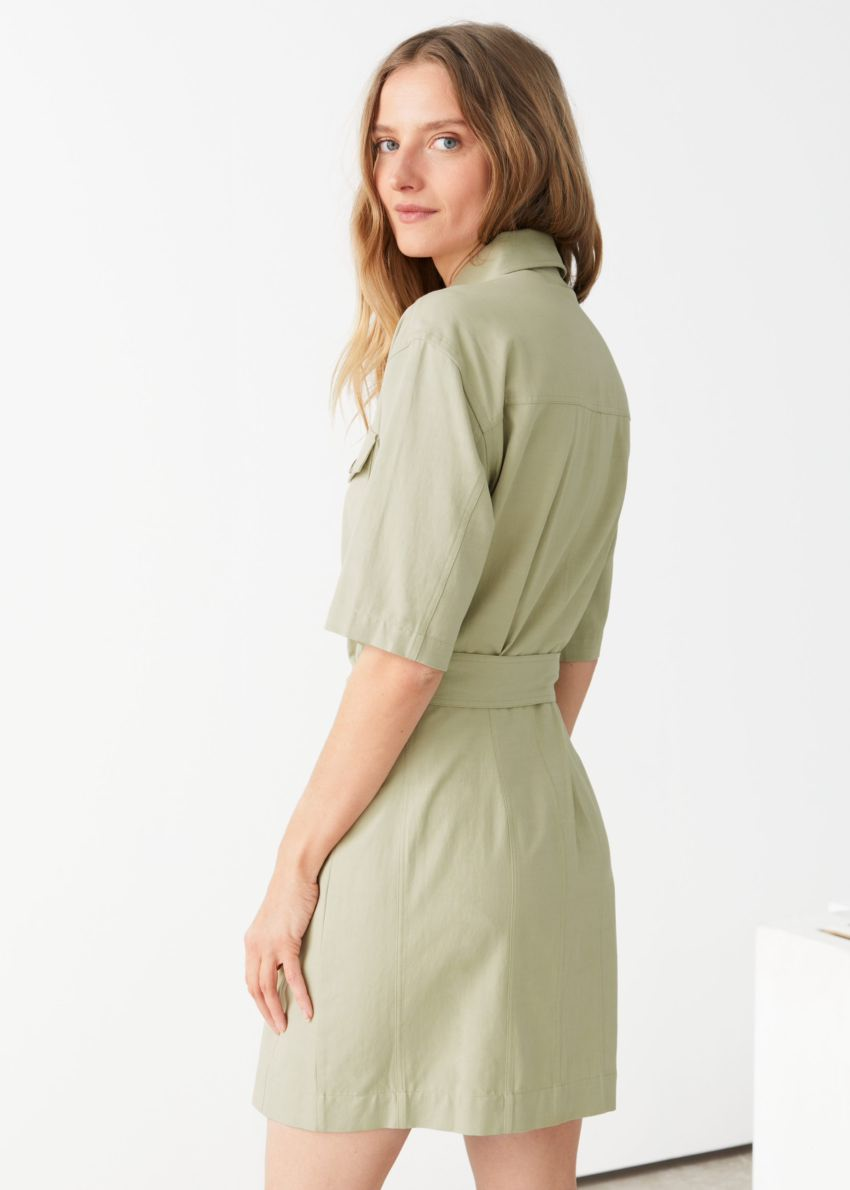 앤아더스토리즈 벨티드 셔츠 미니 드레스의 카키 그린컬러 ECOMLook입니다.